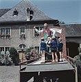 Jongens bekijken de praalwagen met reclame voor de wijn van Kröver Nacktarsch, Bestanddeelnr 254-6094.jpg
