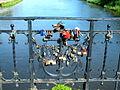 Kłódki miłości na kołobrzeskim moście nad Parsętą(AW58).JPG