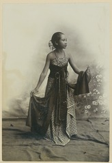 KITLV 10726 - Kassian Céphas - Studio picture of a young woman from the Principalities - Around 1900.tif