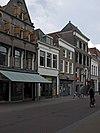 foto van Pand met geverfde lijstgevel en jongere winkelpui