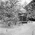 Kioski talvisella Runebergin Esplanaadilla. - N1997 (hkm.HKMS000005-000001c0).jpg