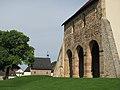 Kloster Lorsch Kirchenfragment und Torhalle.jpg