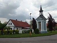 Kosořín, č. p. 2 a kaple.JPG