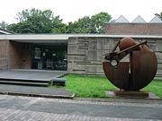 Kunsthalle mit Skulptur