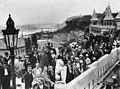 Látkép az Erzsébet híd és a Gellért-hegy felé nézve. A Nemzetközi orvostörténeti kongresszus résztvevői városnézésen. Fortepan 74419.jpg