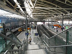 Leeds railway station interior, Aug 17.jpg