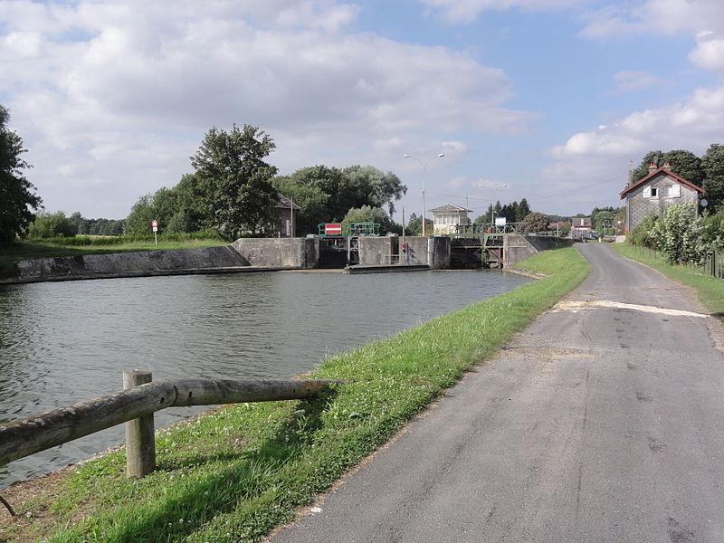 Lesdins (Aisne) (01) Canal de Saint-Quentin écluse nr 18 et chemin de halage