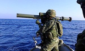 LRAC F1 - Greek special forces personnel aiming a Lrac F1 during an amphibious exercise.