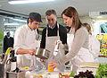Mauricio Macri durante la clase de cocina saludable junto a Dolli Irigoyen (7686821854).jpg