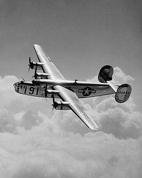 Un Consolidated B-24D Liberator de l'United States Army Air Forces au-dessus de Maxwell Field en Alabama