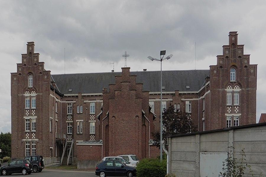 L'internat familial de  Merris,: une belle architecture flamande avec sa vaste chapelle.  Nord.- (Nord-Pas-de-Calais).-  France.