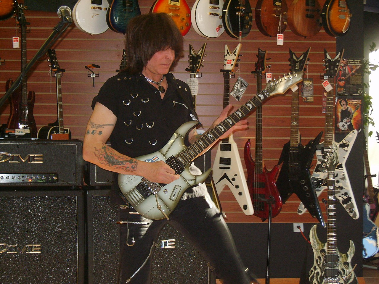 file michael angelo batio playing a guitar wikimedia commons. Black Bedroom Furniture Sets. Home Design Ideas