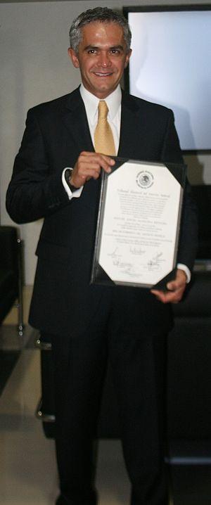 Miguel Ángel Mancera recibiendo su constancia de Jefe de Gobierno electo