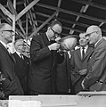 Minister Bogaers als heibaas te Delft bij de bouw van project Voorhof II Oost , Bestanddeelnr 915-6045.jpg