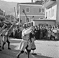 Muziekkorps in klederdracht in de optocht bij de oogstfeesten, Bestanddeelnr 254-1890.jpg