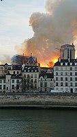 Notre-Dame de Paris, Incendie 15 avril 2019 19h58.33.jpg