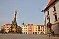 Olmuetz, Oberring mit Dreifaltigkeitssaeule, Rathaus und Brunnen (38615958481).jpg