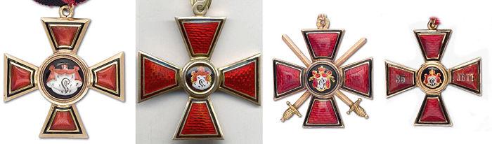 Слева два знака к ордену Св. Владимира 3-й степени, справа два знака 4-й степени. Знаки к орденам 1-й и 2-й степеней отличаются только размерами, были крупнее. Фотографии с аукциона компании «Монеты и медали».