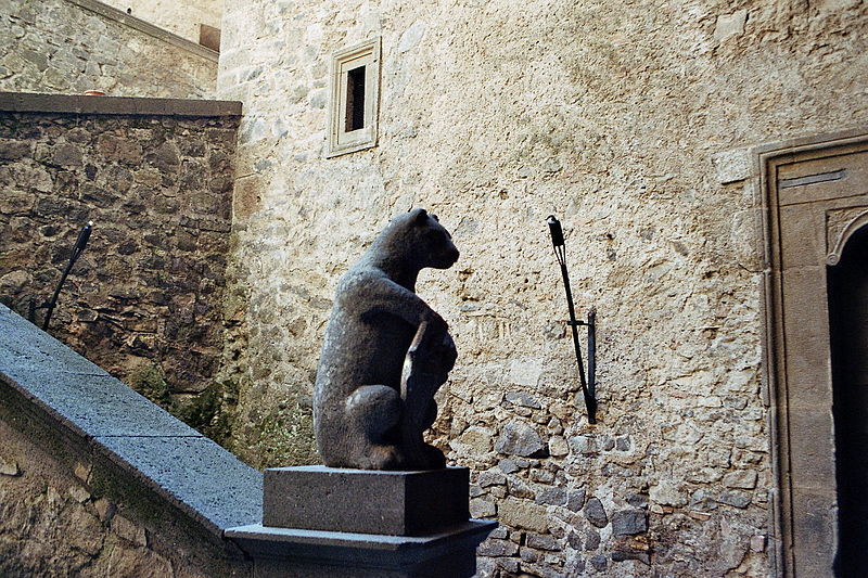 File:Orsini-Odescalchi Castle - Interior with Bear Statue.jpg