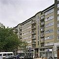 Overzicht van de voorgevel van de woonflat met winkels - Rotterdam - 20388524 - RCE.jpg