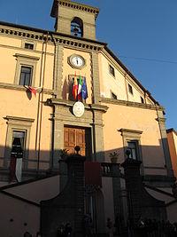 La facciata settentrionale di palazzo Colonna: il piano urbanistico concepito da Ascanio I Colonna (probabilmente in occasione della visita di Carlo V d'Asburgo a Roma nel 1532)[66] fu probabilmente ispirato a quanto Antonio da Sangallo il Giovane aveva già realizzato a Caprarola per i Farnese.[67]