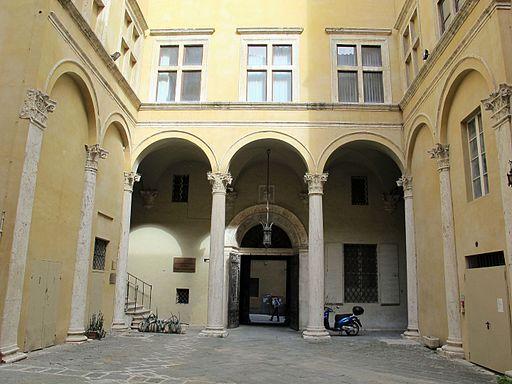 Palazzo piccolomini, siena, cortile 01