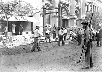 Pasco Sur (Buenos Aires Underground) - Road workers outside the entrance to the station (1938)