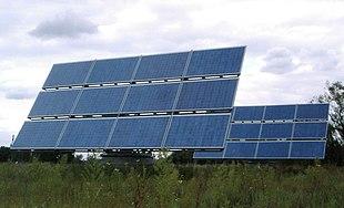 Due pannelli formati ognuno da 12 moduli fotovoltaici montati su supporti a inseguimento solare.