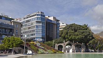 Plaza de España (Santa Cruz de Tenerife) - Buildings in the square next to the lake