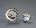 Porslin. Kopp med fat. Naturmotiv och guld i dekoren - Hallwylska museet - 89178.tif