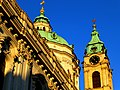 Prag - Turm und Kuppel der St.-Nikolaus-Kirche am Kleinseitner Ring - Věž a kopule derSt. Mikuláše na Malostranském náměstí - panoramio.jpg