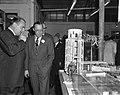 Prins Bernhard bezoekt Filmmaatschappij Geesink. Rondleiding, Bestanddeelnr 913-4867.jpg