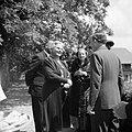 Prinses Juliana in gesprek met enkele personen op een terras, Bestanddeelnr 255-8093.jpg