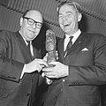 Prix de Joke 1964 voor Bert Haanstra, Simon van Collem reikt hem het beeldje uit, Bestanddeelnr 916-2515.jpg