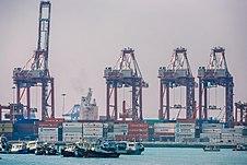 Các tòa nhà tại quận tài chính San Isidro của Lima; và hải cảng Callao, cửa ngõ xuất khẩu chính của Peru.