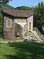 Quézac - Ancien bâtiment de captage de l'eau de Quézac dans le parc de la source.JPG