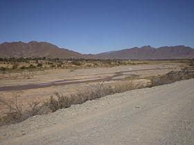 Le cours supérieur du Salado del Norte porte le nom de Río Calchaquí. Vue de ce dernier en saison sèche hivernale en contrebas de la mythique route nationale 40 près de la petite localité de Seclantas (Province de Salta).