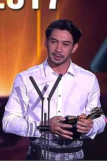 Reza Rahadian Actor of the Year ICA 2017.jpg