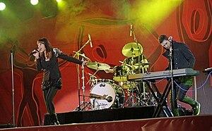 Rogue Traders tocando en vivo en el FIFA Fan Fest, Sydney, junio de 2010. Mindi Jackson a la izquierda, James Ash a la derecha, Peter Marin oculto detrás de la batería.