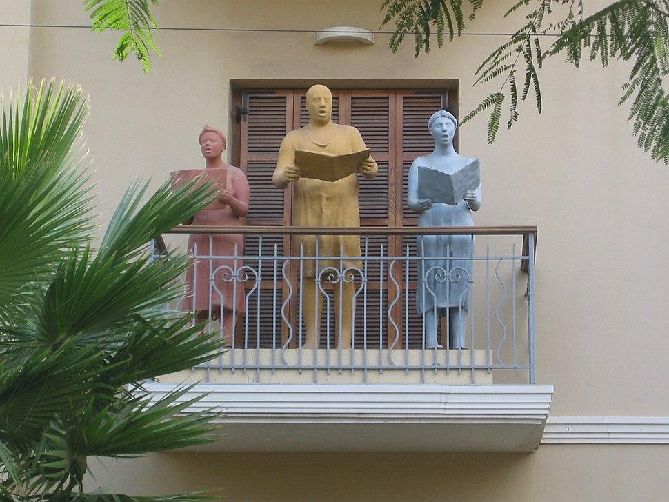 Rotshield balcony statues