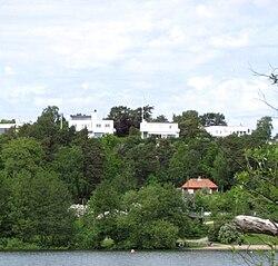 Det det Det sydlige Ängby med Ängbyhøjden og Ängbybadet fra Mälarens strand, juni 2010