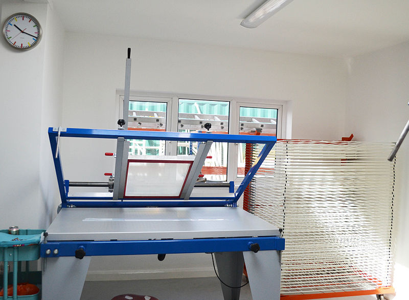 File:Screen print hand bench proffesional print bench in Squeegee & Ink studio.jpg
