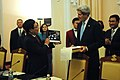 Secretary Kerry Presents Vietnamese Foreign Minister Minh With a Photograph (11401013304).jpg