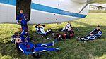 Skoczkowie spadochronowi w oczekiwaniu na start samolotu 2016.10.01 (2).jpg