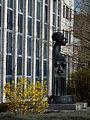 Skulptur vor Finanzamt Heidelberg.JPG