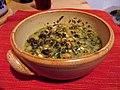 Spinat mit Kichererbsen, Ziegenkäse und Erdnüssen in Schüssel.jpg