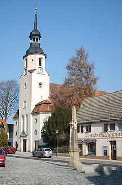 Stadtkirche St. Katharina mit kursächsischer Postmeilensäule