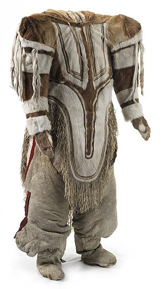 Caribou skin parka from Nunavut with hood for carrying a baby Toj til kvinde fra Rensdyr-inuit i arktisk Canada - Woman's clothing from Caribou Inuit in Arctic Canada (15307253096).jpg