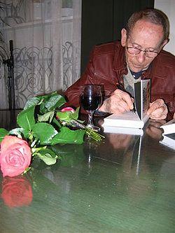 """Tadeusz Konwicki w kawiarni wydawnictwa """"Czytelnik"""", Warszawa, 18 maja 2005 r."""