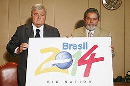 Ricardo Teixeira (voorzitter Braziliaanse voetbalbond) en de toenmalige president Luiz Inácio Lula da Silva met het bid-logo van het WK 2014.